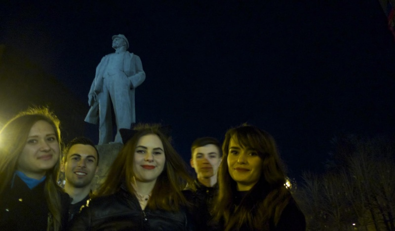 Donetsk-girls-by-Lenins-statue