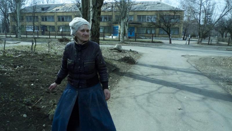 Oktyabrski-neighborhood-bombed-hospital-in-the-background